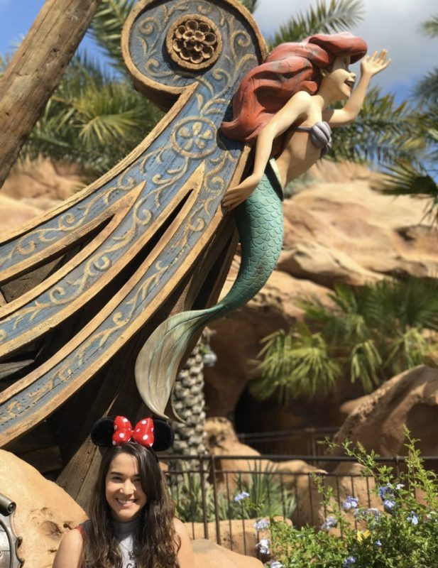 Foto da Amanda em frente à atração da Ariel, na Fantasyland
