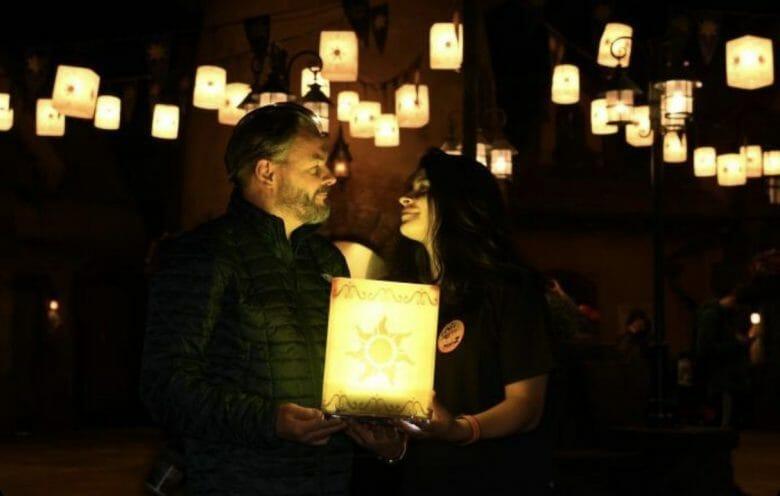 A Torre da Rapunzel é um lugar lindo para tirar fotos! Foto da Alexandra com o marido segurando uma das lanternas do filme.