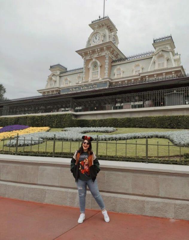 Foto da Livia em frente à entrada do Magic Kingdom