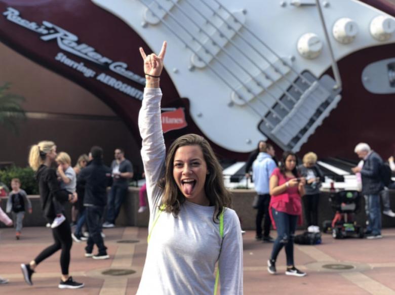 Foto de uma leitora do VPD em frente à Rock'n'Roller Coaster mostrando a língua