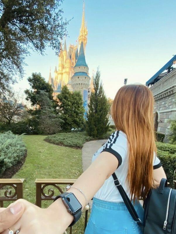 A leitora Daniella, do VPD, de costas e olhando para o castelo da Cinderela