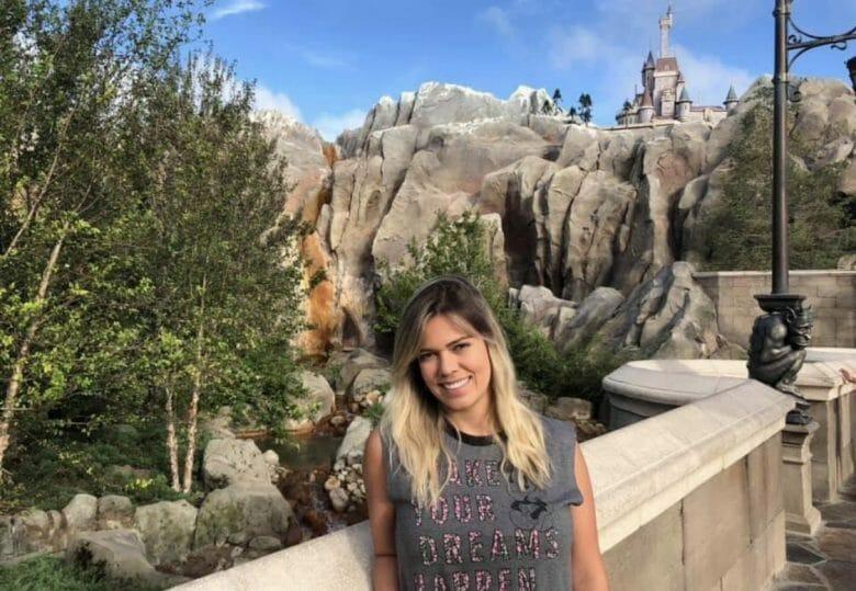 A leitora Kika em frente ao castelo da Fera, na Fantasyland