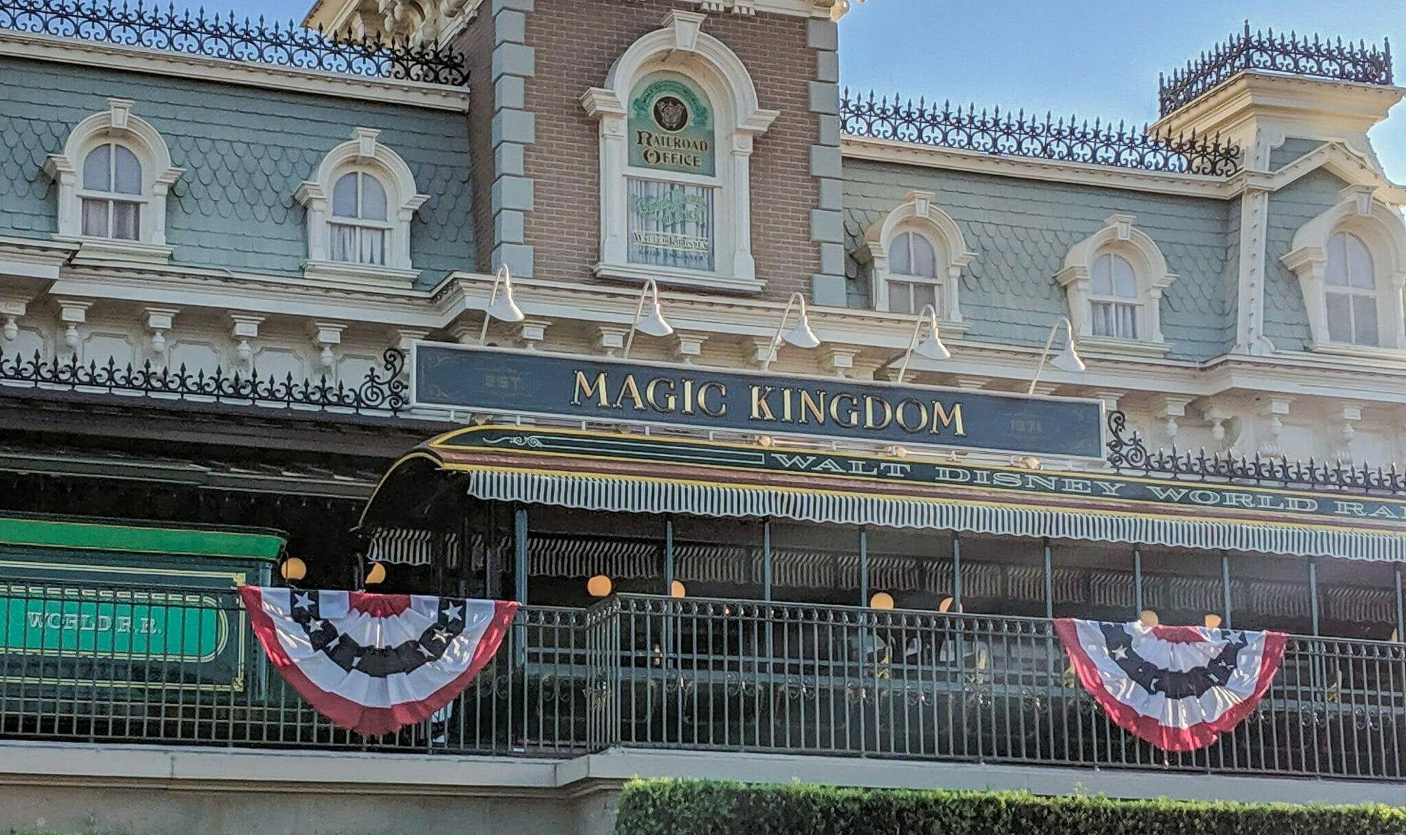 Foto da frente do Magic Kingdom, onde está escrito o nome do parque.