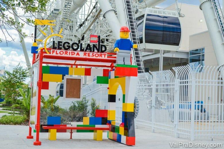 Foto do ponto do ônibus que leva ao parque Legoland Florida, todo colorido e com o tema Lego