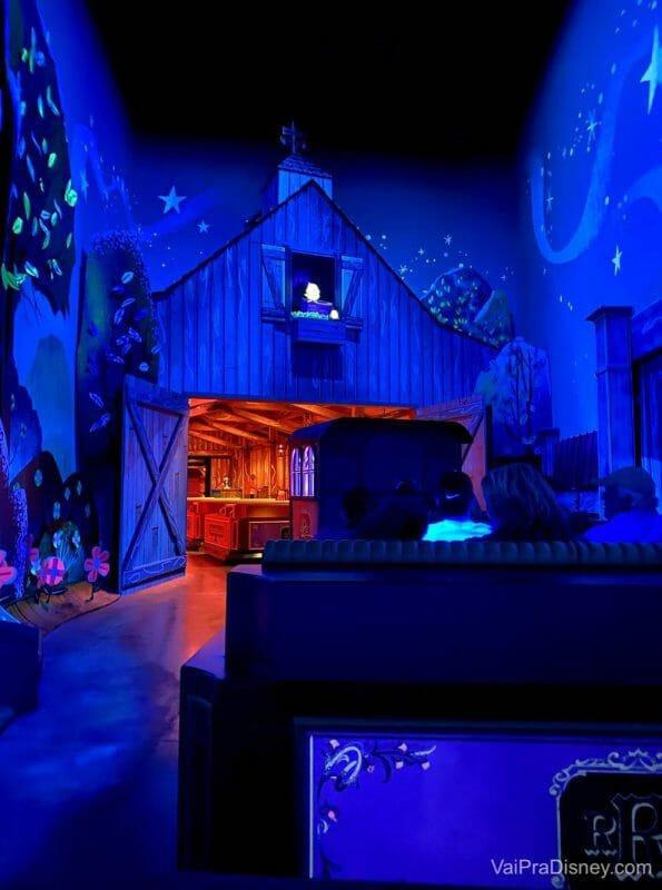 Foto do interior da atração Mickey & Minnie's Runaway Railway, mostrando parte do trem em que os visitantes entram