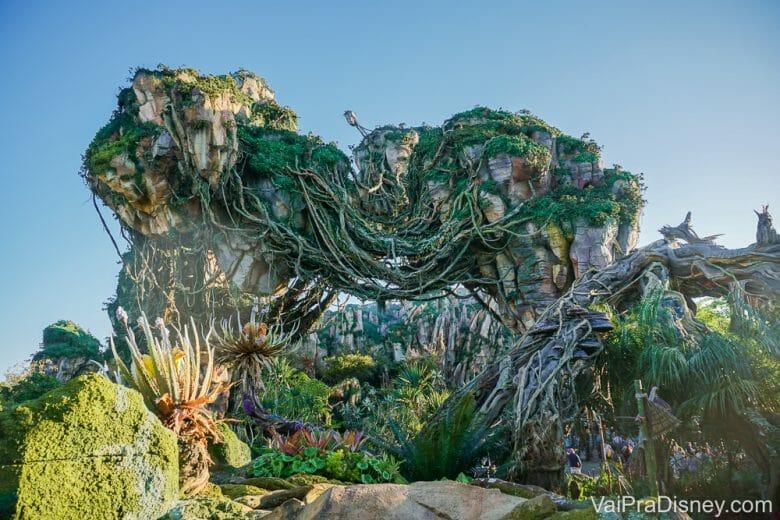 Imagem das montanhas flutuantes de Pandora durante o dia