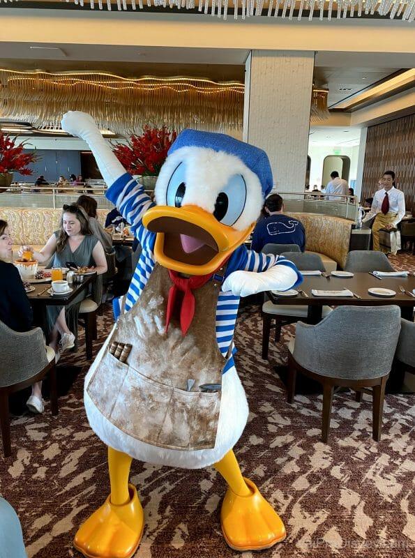 A experiência com personagens no Topolino's Terrace  é das mais legais que já tive em café da Disney!