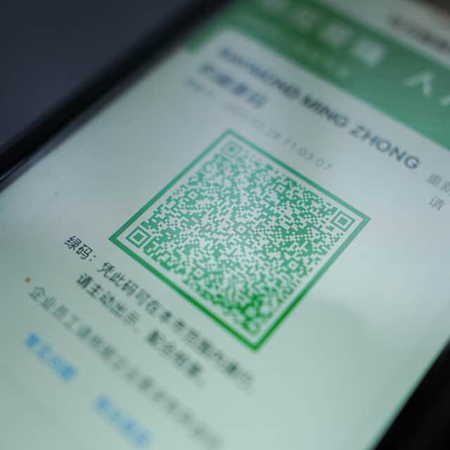 Foto do QR code da China que identifica a situação das pessoas em relação à COVID, na tela de um celular, com caracteres chineses embaixo