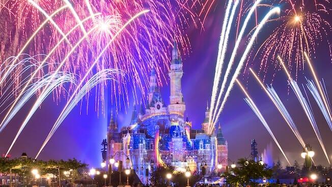 Foto do show de fogos Ignite the Dream na Disneyland de Shanghai, com o castelo ao centro.