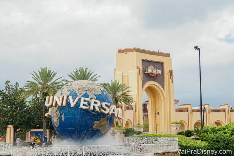 Imagem do globo que é a logo da Universal, na entrada do parque temático em Orlando.