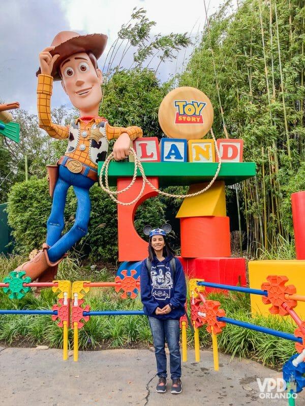 Foto da Carol, que escreveu ao Viagem do Leitor pra contar sua experiência como vegana na Disney, no cenário da Toy Story Land