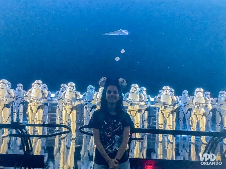 Foto da Carol, que escreveu ao Viagem do Leitor sobre sua experiência como vegana na Disney, com os stormtroopers da atração Rise of the Resistance