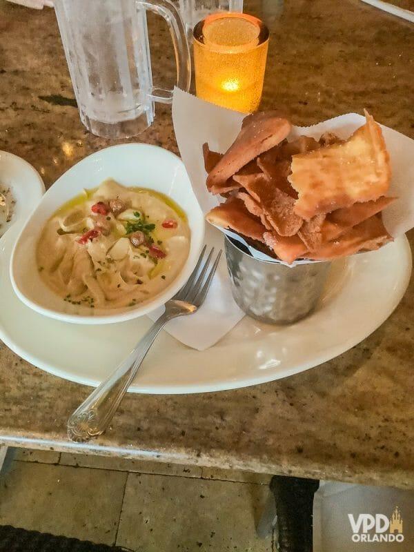 Foto da comida da Carol, que escreveu ao Viagem do Leitor, na Cheesecake Factory, uma porção de hummus com pão pita