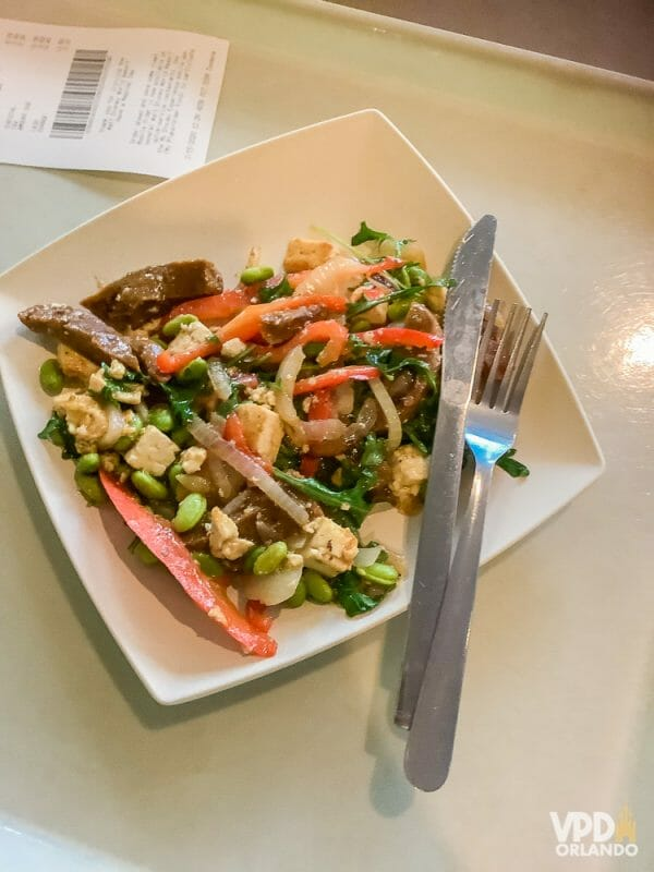Foto da comida da Carol, que escreveu ao Viagem do Leitor sobre sua experiência como vegana na Disney, um prato com diversos legumes e seitan