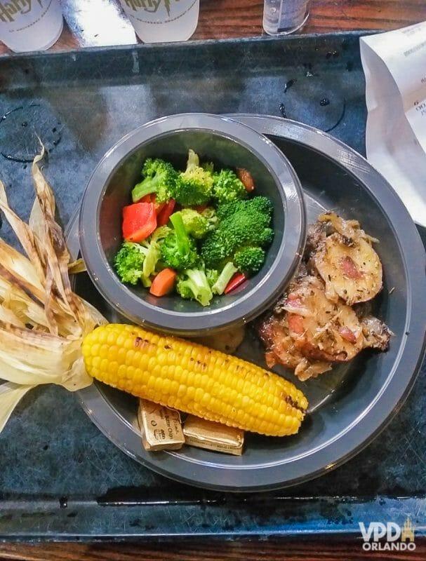 Foto da comida da Carol, que escreveu ao Viagem do Leitor, no Três Vassouras: milho cozido, batata doce e legumes