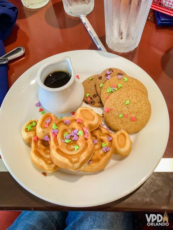 Foto da comida da Carol no Chef Mickey's, com cookies e waffles do Mickey cobertos de confeitos coloridos
