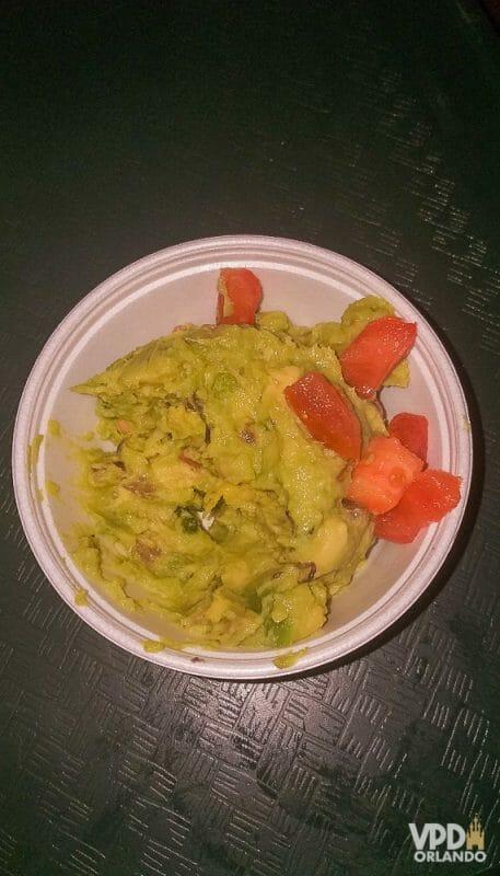 Foto da comida da Carol, que escreveu ao Viagem do Leitor sobre sua experiência como vegana na Disney, um potinho com guacamole