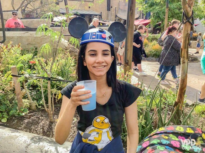 Foto da Carol, que escreveu ao Viagem do Leitor pra contar sua experiência como vegana na Disney, bebendo o blue milk da Star Wars Land