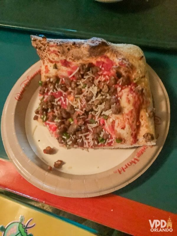 Foto da comida da Carol, que escreveu ao Viagem do Leitor, uma pizza vegana com linguiça vegetal