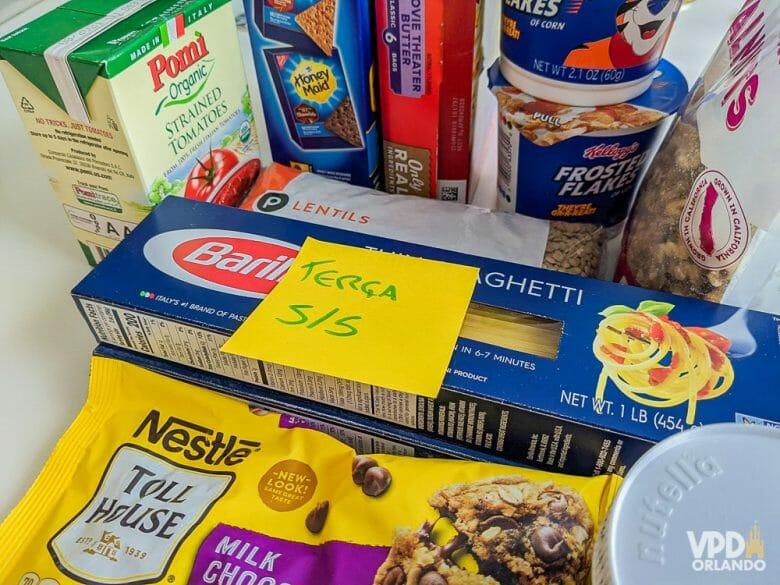 Foto das compras do supermercado em quarentena, com um post-it indicando a data em que foram entregues