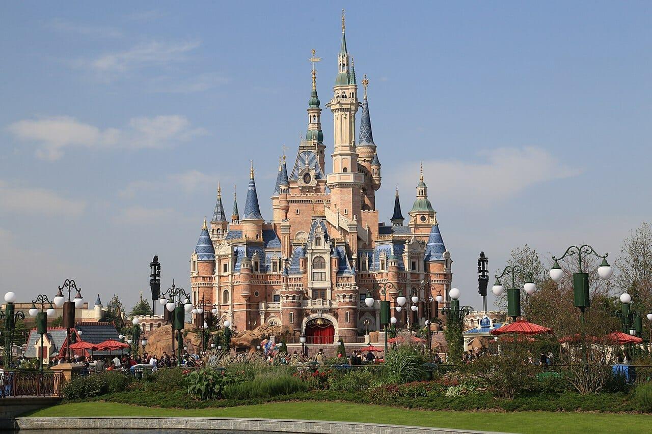 Foto do castelo da Disneyland de Shanghai, com o céu azul ao fundo