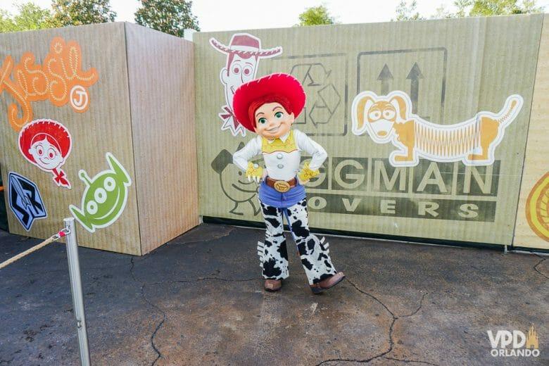 Foto da personagem Jesse, de Toy Story, posando para fotos no ponto de encontro com visitantes.