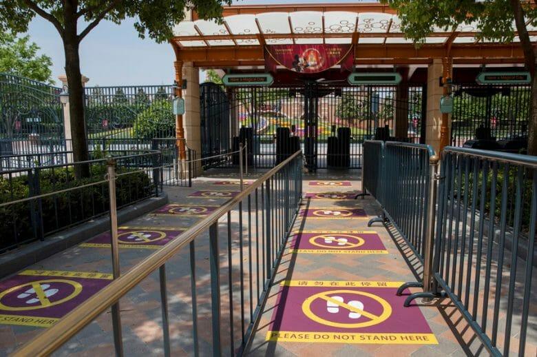 Foto dos avisos colocados no chão para fazer com que os visitantes mantenham o distanciamento na Disneyland de Shanghai