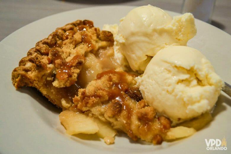 Foto do doce original, do Perkins, em um prato branco. A fatia é servida com uma bola de sorvete em cima.