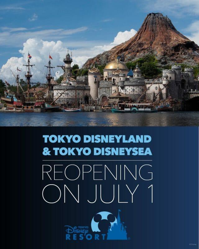 """Foto do anúncio da reabertura da Disneyland de Tóquio. A imagem mostra parte do parque Tokyo Disneysea e tem o texto """"Tokyo Disneyland & Tokyo Disneysea reopening on July 1"""""""