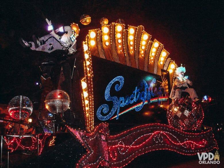 Foto de um dos carros todo iluminado na antiga parada Spectromagic, do Magic Kingdom