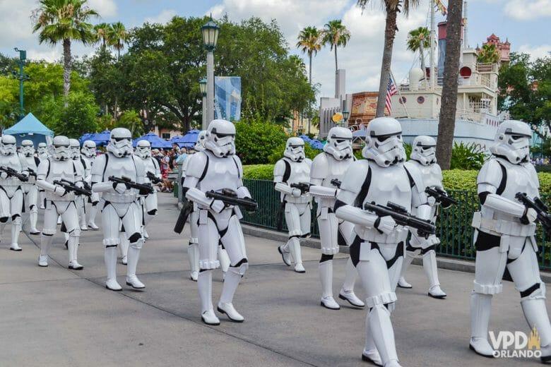 Foto de um desfile de Stormtroopers no antigo Star Wars Weekend, andando pelo Hollywood Studios com suas armas.