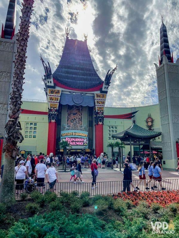Foto do teatro Chinês no Hollywood Studios, já com a nova atração que ele abriga, a Mickey & Minnie's Runaway Railway