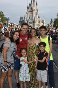 """Foto do leitor Fabiano, que escreveu ao """"Viagem do Leitor"""" do VPD, com sua família em frente ao castelo da Cinderela no Magic Kingdom"""