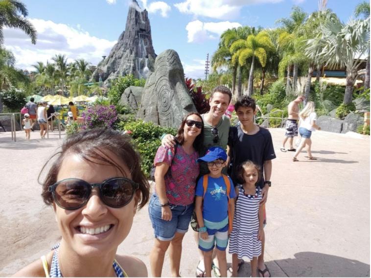 """Foto do leitor Fabiano, que escreveu para o """"Viagem do Leitor"""" do VPD, com sua família em frente ao Vulcão do Volcano Bay"""