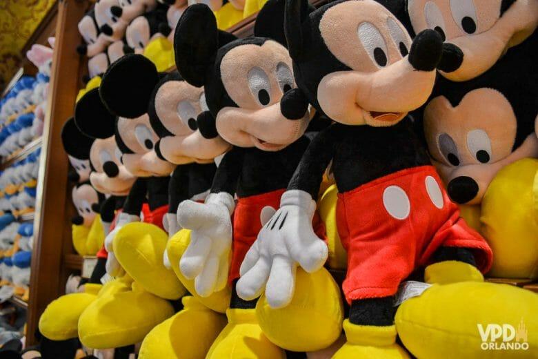 Foto de diversos bichinhos de pelúcia do Mickey à venda em uma loja.