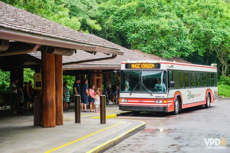 Foto do ônibus da Disney chegando para buscar visitantes no hotel, com destino ao Magic Kingdom. Os ônibus da Disney te levam dos hotéis para todos os parques do complexo e também para Disney Springs.