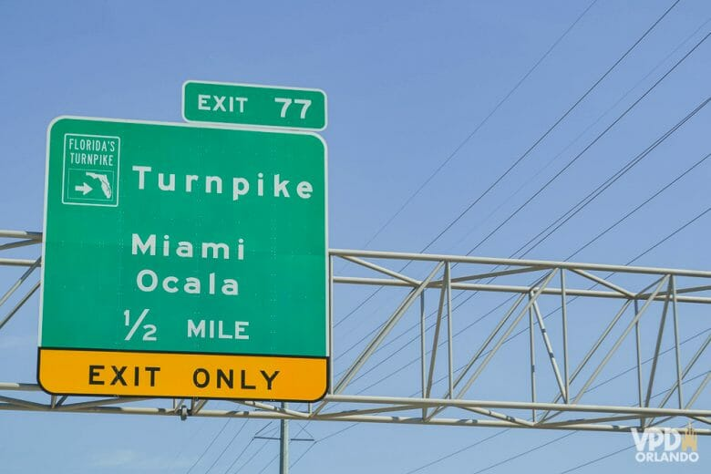 """Turnpike, uma estrada boa, mas uma das mais cansativas que dirigi entre Miami e Orlando. Vá descansado! Foto da placa da saída para a Turnpike (a placa diz """"Exit 77/Turnpike Miami Ocala 1/2 mile"""")"""
