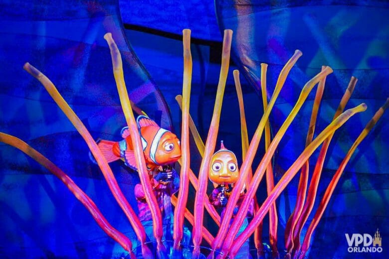Procurando Nemo no Animal Kingdom. Foto da decoração do musical do Nemo no Animal Kingdom, que mostra Nemo e Marlin em meio às anêmonas em um fundo azul.