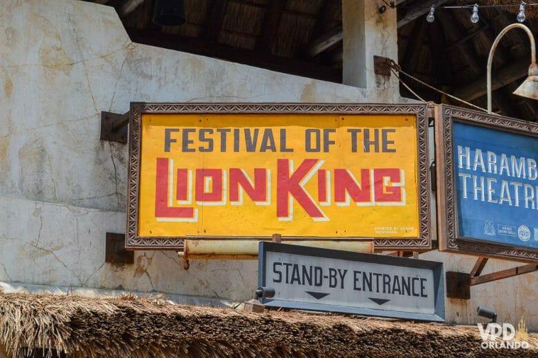 Placa da entrada do Festival of the Lion King, um dos melhores shows da Disney