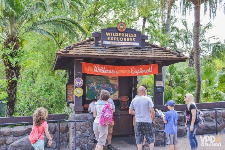 Foto da sede do Wilderness Explorers, um quiosque com a placa de mesmo nome e alguns visitantes chegando.