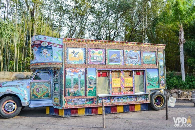 Foto do trailer de sorvete do Animal Kingdom, que é cheio de detalhes na pintura remetendo à Ásia.