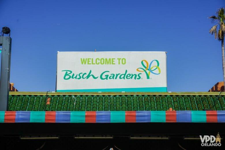 """O Busch Gardens é bem grande, então é importante se programar pra aproveitar cada área! Foto da placa na entrada do Busch Gardens, com as palavras """"Welcome to Busch Gardens"""" escritas em verde sobre um fundo branco"""