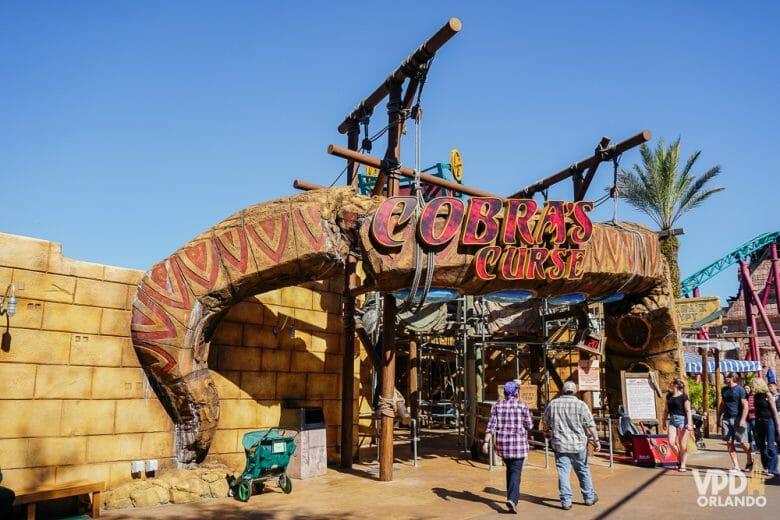 A Cobra's Curse é uma das atrações imperdíveis do Busch Gardens. Foto da entrada na atração Cobra's Curse, com uma placa em formato de cobra.