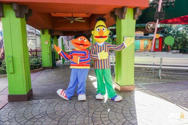 Foto dos personagens da Vila Sésamo Ernie e Bert posando para a foto no Busch Gardens :)
