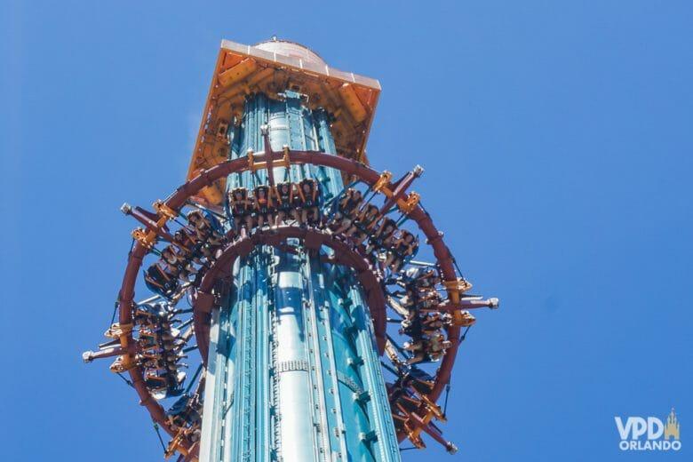 Dá medo em foto e dá medo na vida também :P Foto da atração Falcon's Fury no Busch Gardens, uma torre de queda, com o céu azul ao fundo.