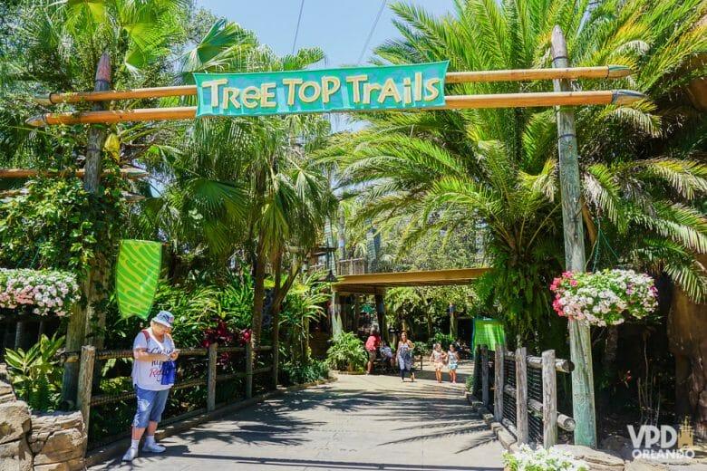 Essa área é voltada para as crianças! Foto da entrada da área infantil do Busch Gardens, indicando as Tree Top Trails