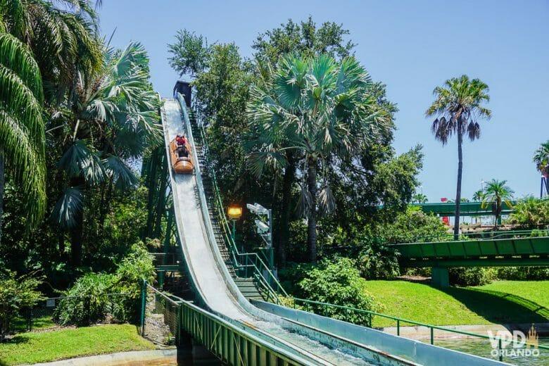 Mais uma atração pra se molhar. Foto da Stanley Falls Flume no Busch Gardens, mostrando um carrinho descendo por um trilho na água
