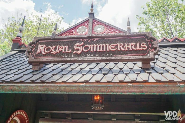 Os encontros com a Anna e a Elsa acontecem no Royal Sommerhus. Foto da placa na entrada da Royal Sommerhus, que é em madeira e tem as letras em estilo antigo, no pavilhão da Noruega do Epcot
