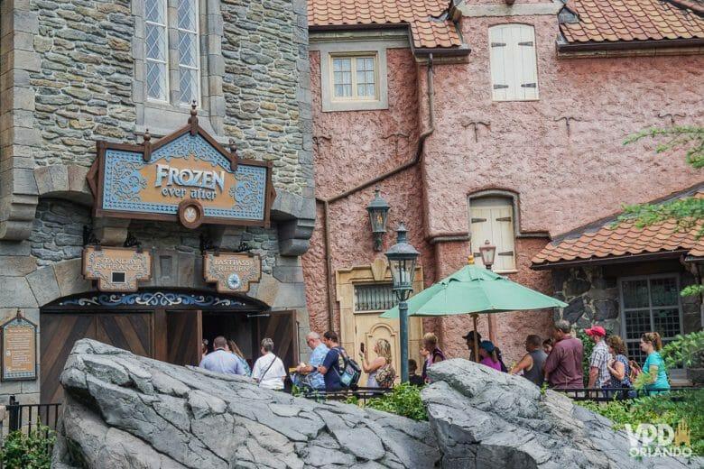 No pavilhão da Noruega fica a atração de Frozen. Foto da entrada da atração de Frozen no Epcot, com alguns visitantes na fila.