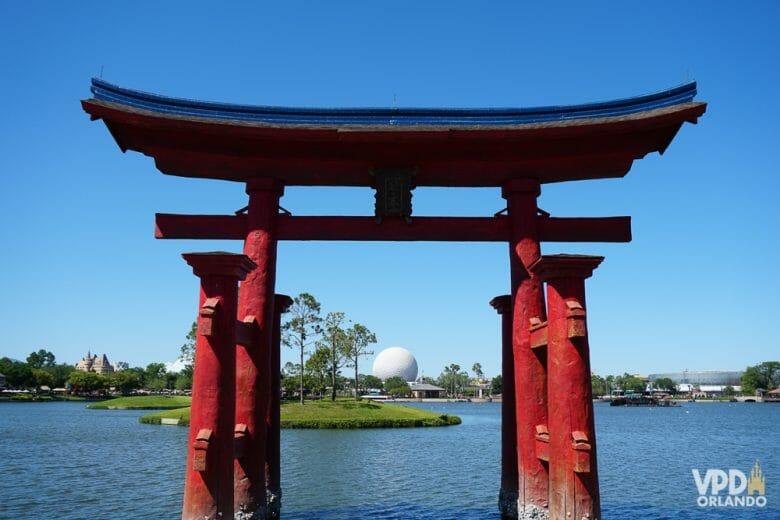 Pavilhão do Japão com a Spaceship Earth ao fundo. Foto do portal que dá para o lago no pavilhão do Japão  do Epcot.